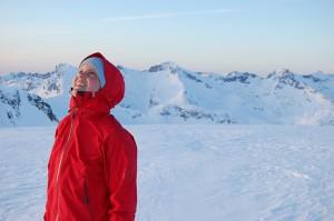 Minutter før Birgitte var så himmelvendt og jordnær, forteller moren. Bare 20 minutter etter at ektemannen Endre tok dette bildet av Birgitte på toppen av Durmålstind, kom skredet.